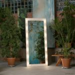 Напольное гримерное зеркало с лампами светлое