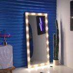 Гримерное зеркало с лампами по контуру из массива сосны