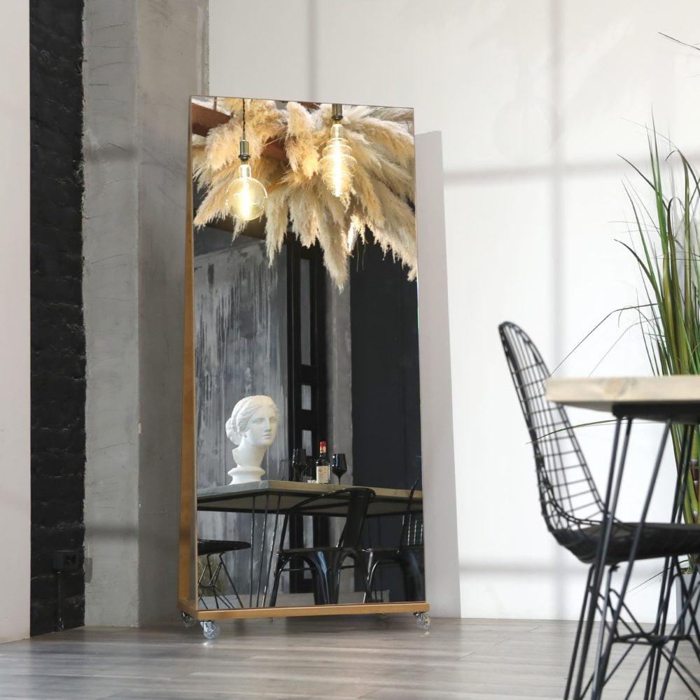 напольное зеркало на подставке с колесами