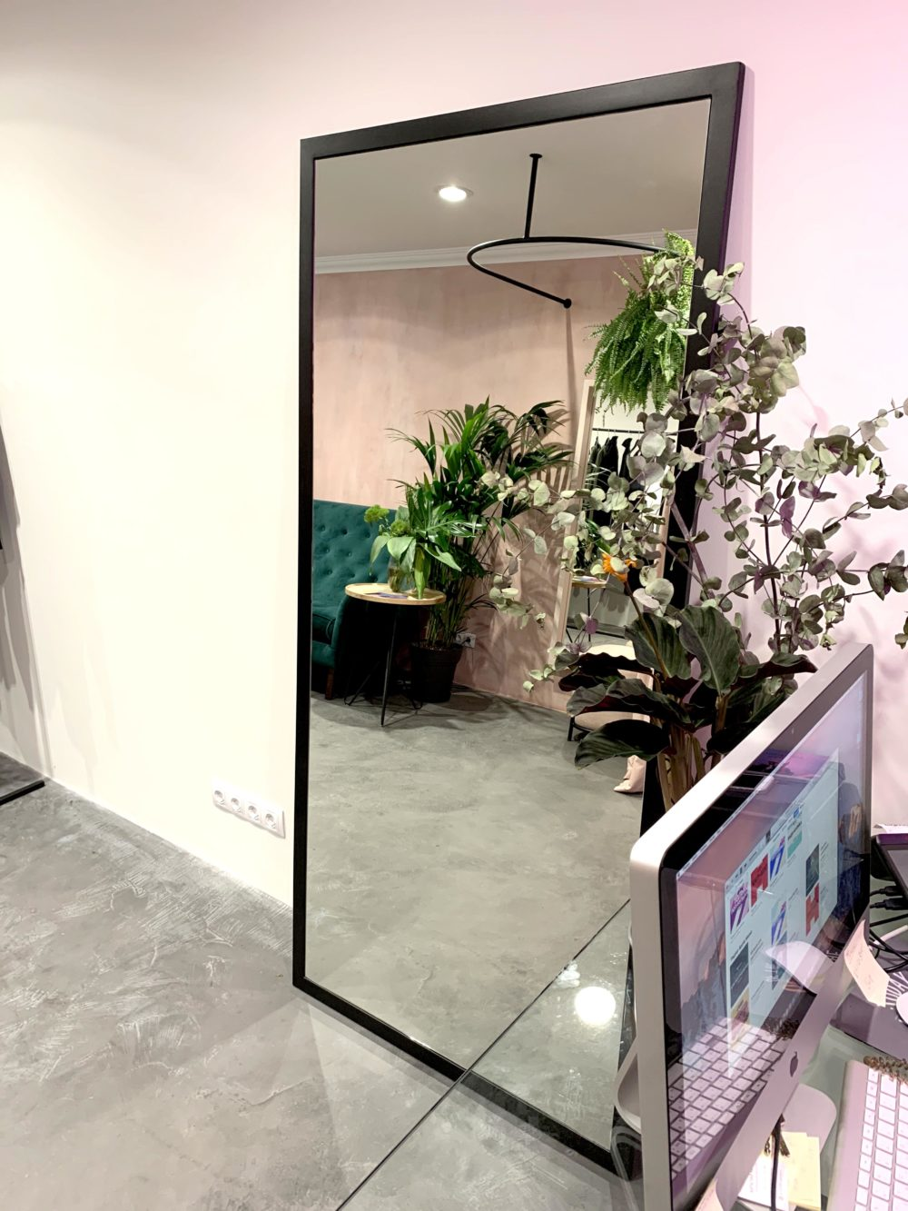 Напольное зеркало в металлической раме