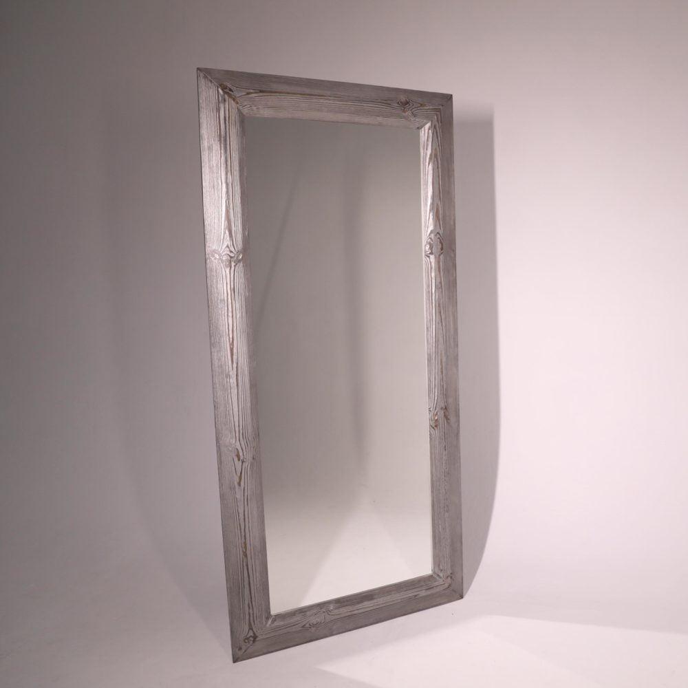 большое напольное зеркало в раме из дерева