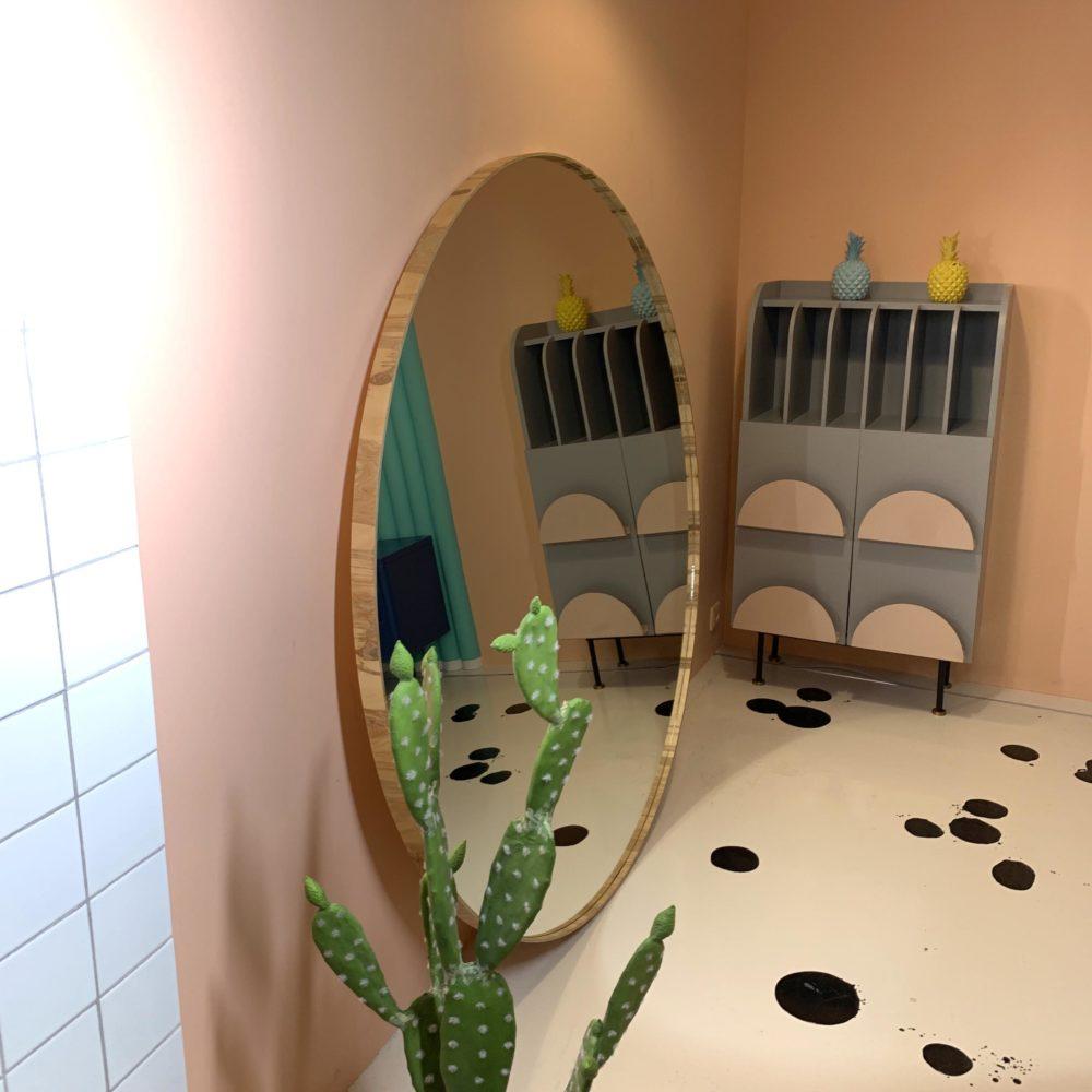Большое напольное зеркало в круглой раме