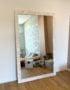 напольное зеркало в деревянной раме