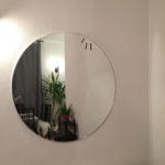 Круглое зеркало на подложке
